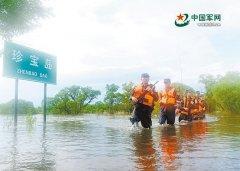洪水围困珍宝岛 官兵水中巡边升国旗